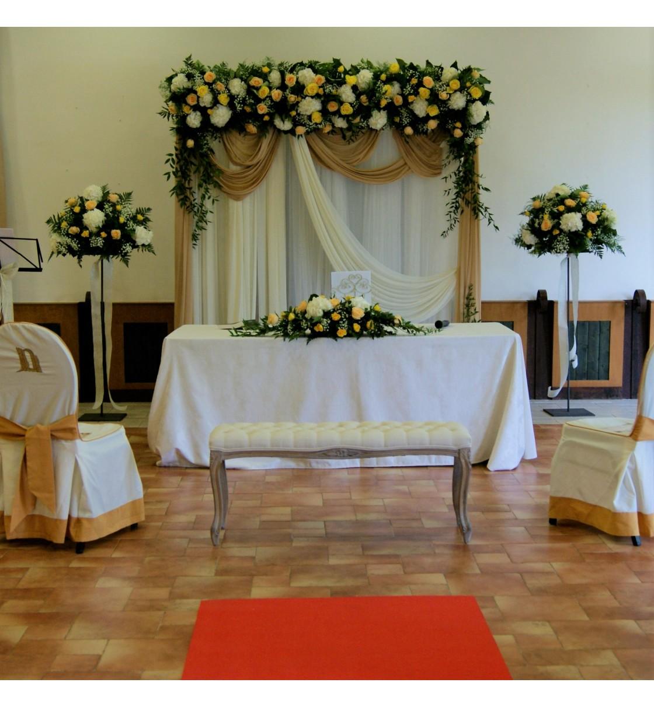 Decoraci n de boda civil con arco floral con hortensia y rosas for Adornos para boda civil