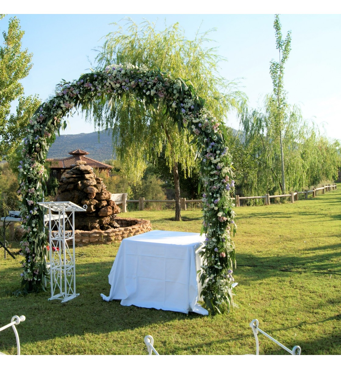 Decoraci n de boda civil en fuente taray con arco floral y - Adornos boda civil ...