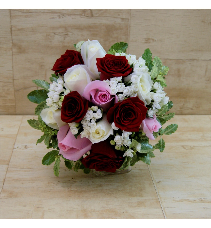 Ramo de novia con rosas rojas, blancas y rosas