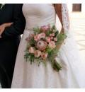Ramo de novia con proteas, rosa inglesa rosa y rosa ramificada