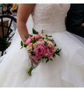 Ramo de novia con peonia fucsia y ranúnculo salmón y blanco