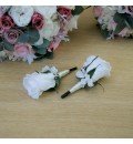 Prendido de solapa de rosa eterna blanca