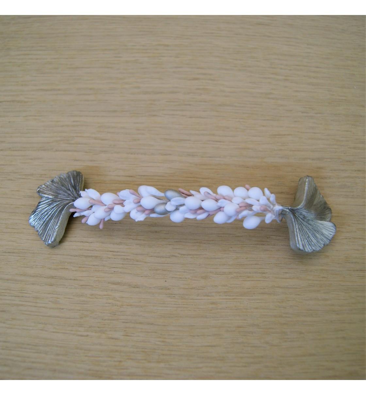 Tocado de novia con hojas plateadas y pistilos rosa y blanco