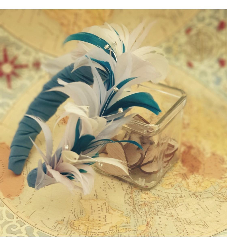 Tocado diadema con plumas turquesa y cristales