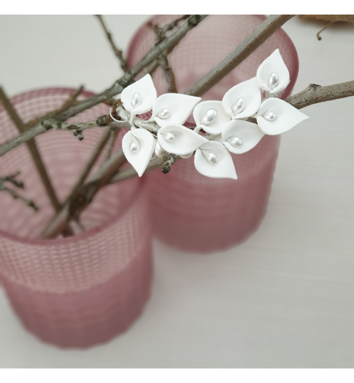 Tocado de novia con calas de porcelana fría