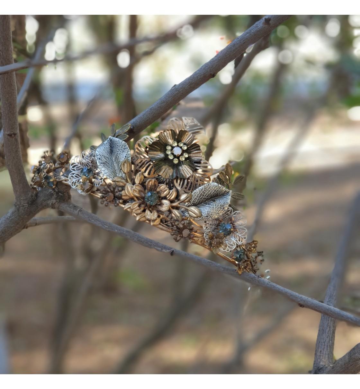 Tocado tiara novia flores de metal oro viejo y cristales